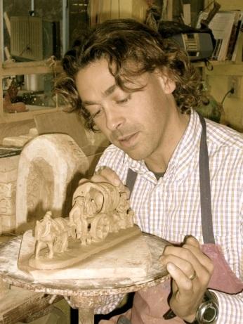 Emmanuel Fouque dans son atelier © © Creations Santons FOUQUE