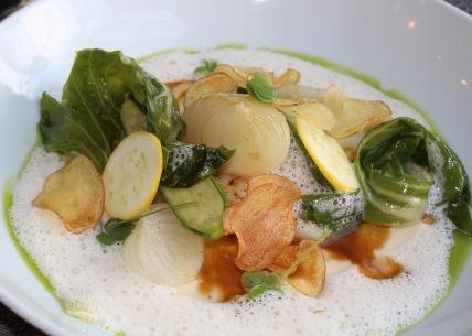 Aigle fin au coeur d'échine de porc fermier, avec crémeux d'oignons doux et légumes de saison